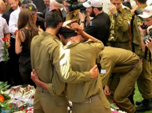 IDF soldiers who came to pay their respects to fallen soldier Max Steinberg