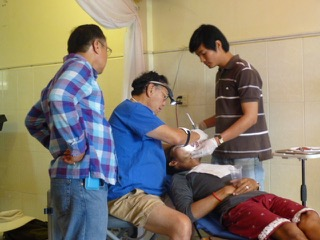 Left to right: Dr. Paul Ai, Dr. Teru Yamamoto, patient, and Makaram Lim