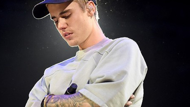 justin-bieber-breaks-down-in-tears-during-staples-center-show-620x264