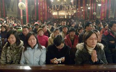 A6ADG3 Various Age Worshippers Celebrating Christmas Eve during Christmas Mass at Beijing Xishiku Catholic Church 2005-12-24