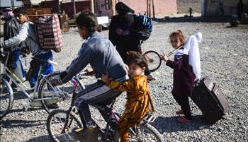 Family flees fighting in neighborhood of Mosul